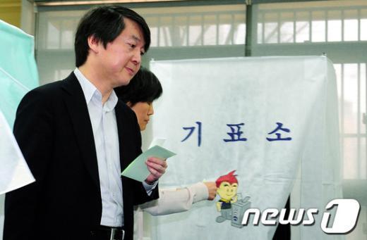 [사진]안철수 원장 '투표하러 왔습니다'
