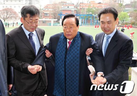 [사진]부축 받으며 들어서는 김영삼 전 대통령