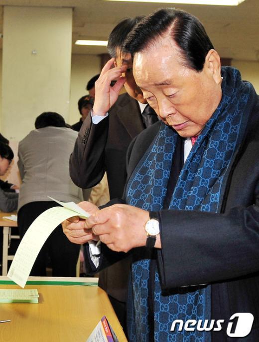 [사진]투표용지 확인하는 김영삼 전 대통령
