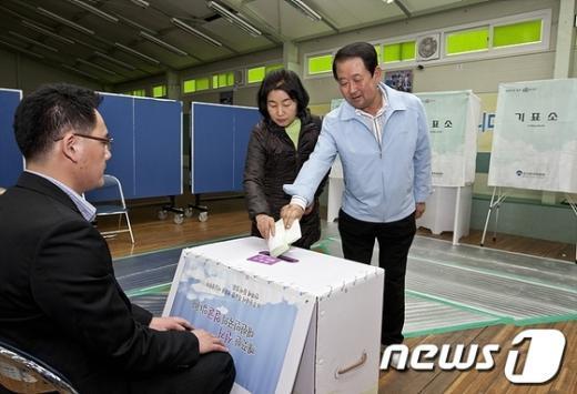 박주선 후보가 11일 오전 부인과 함께 투표를 하고 있다.  News1