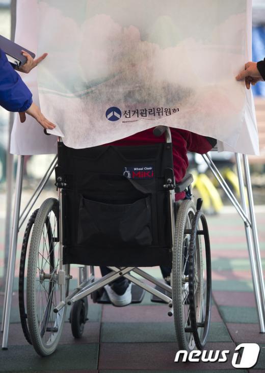 [사진]장애인을 위한 임시투표소