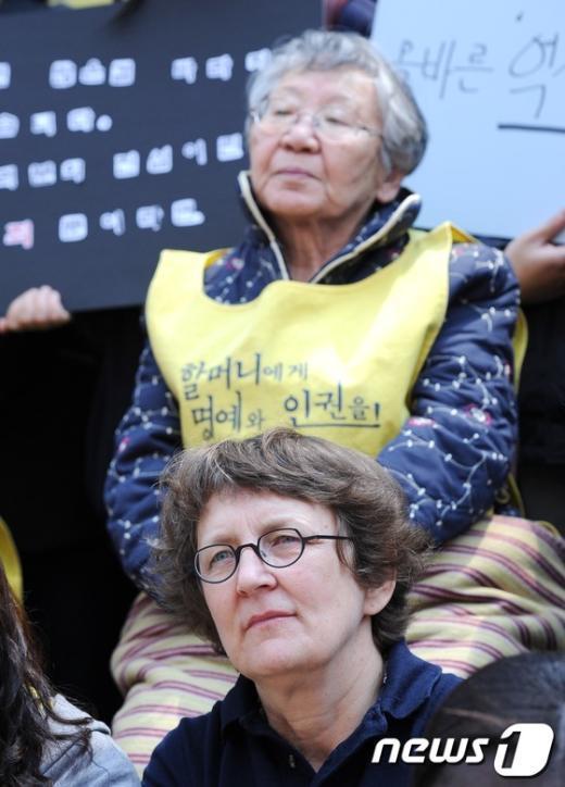 [사진]할머니들의 고통 함께하는 외국인