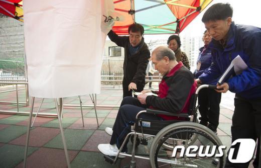 [사진]장애인을 위한 임시 투표소
