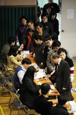 제19대 국회의원 선거날인 11일 오전 서울 마포구 상암동 상암중학교에 마련된 제4투표소에서 유권자들이 투표하고 있다. News1 이광호 기자