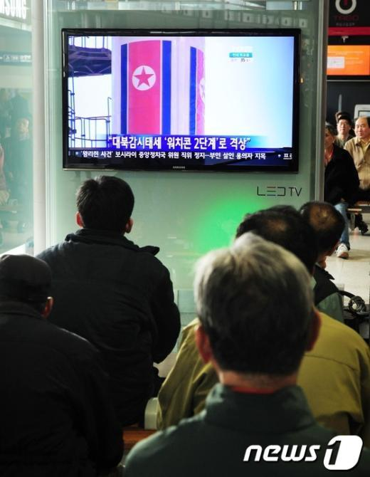 [사진]北 광명성3호 연료주입 속보 지켜보는 시민들