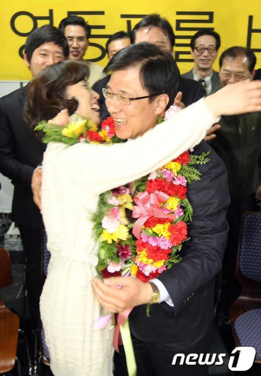 [사진]민주통합당 신경민 후보 '당선의 기쁨'