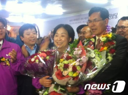 경기 고양덕양 갑에서 승리한 심상정 후보가 축하를 받고 있다.. News1