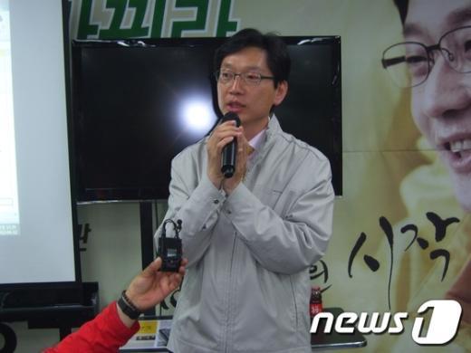 김경수 민주통합당 후보가 지지자들의성원에 대한 감사 인사를 하고 있다. News1 이철우기자
