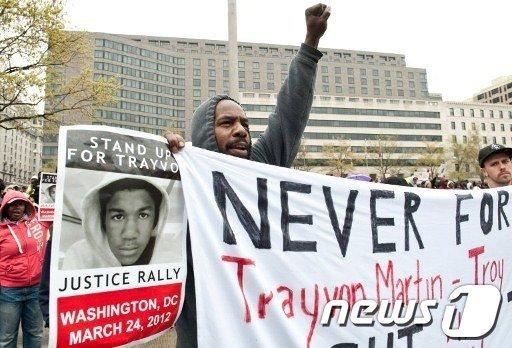 후드티를 입은 미국 워싱턴D.C.의 시민들이 24일 트레이본 마틴의 무고한 죽음에 대한 항의시위를 벌이고 있다.  AFP=News1
