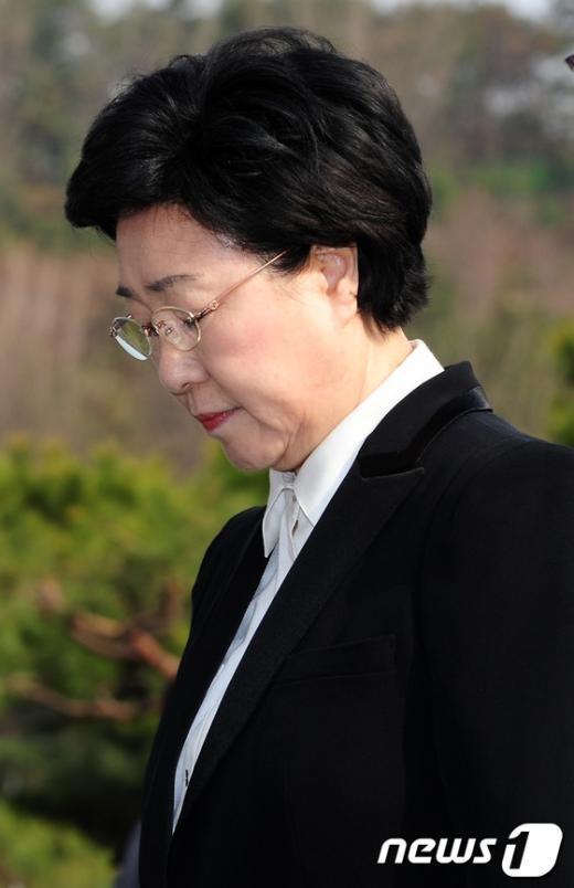 [사진]묵념하는 한명숙 대표