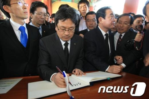 [사진]5.18공법단체 민주통합당 5.18참배 반대