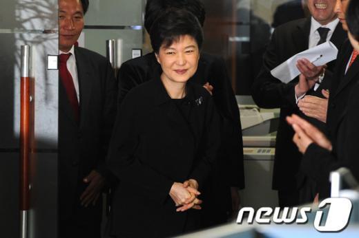 [사진]박수세례 받는 박근혜 위원장