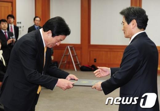 [사진]당선증 받는 자유선진당 김영주 비례대표