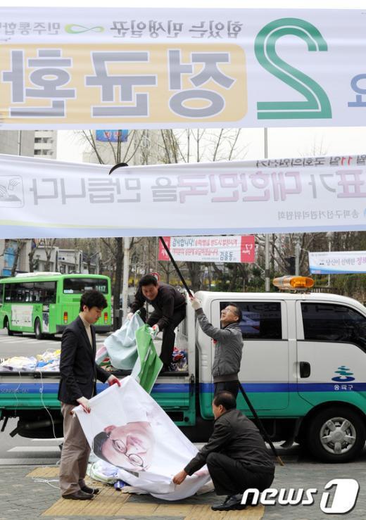 [사진]선거현수막 작업으로 분주한 송파구 관계자들