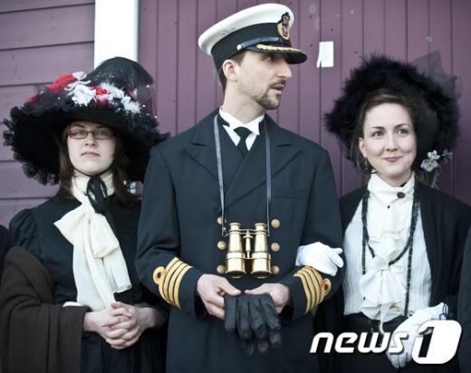 타이타닉호 침몰 당시 사람들의 장례식 복장을 입고 있는 사람들. AFP=News1