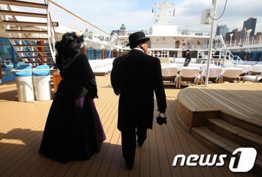 100년전 의복을 입고 아자마라선에 탑승한 승객들. AFP=News1
