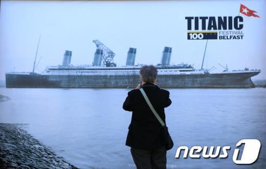 벨파스트 시정 밖에 설치된 타이타닉호 사진을 찍고 있는 방문객. AFP=News1