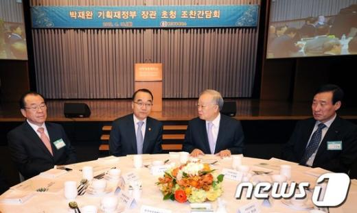 [사진]박재완 장관 - 손경식 회장 환담