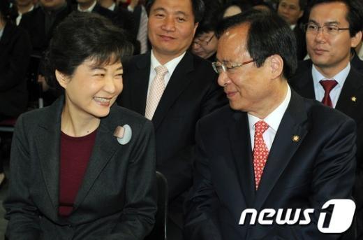 [사진]웃음이 넘치는 박근혜 위원장