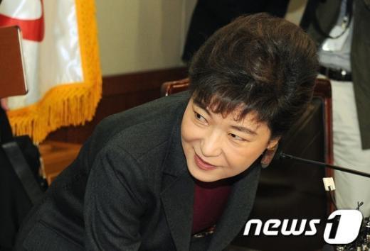 [사진]자리에 앉는 박근혜 위원장