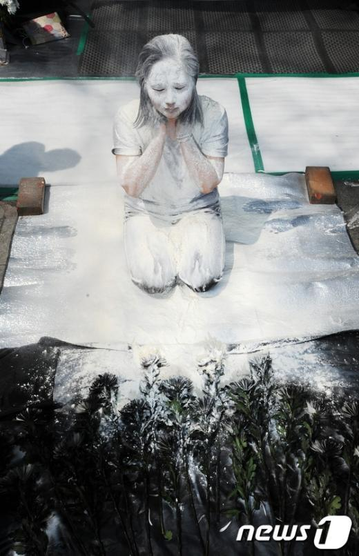 [사진]쌍용차 희생자 추모 '검은 국화꽃'
