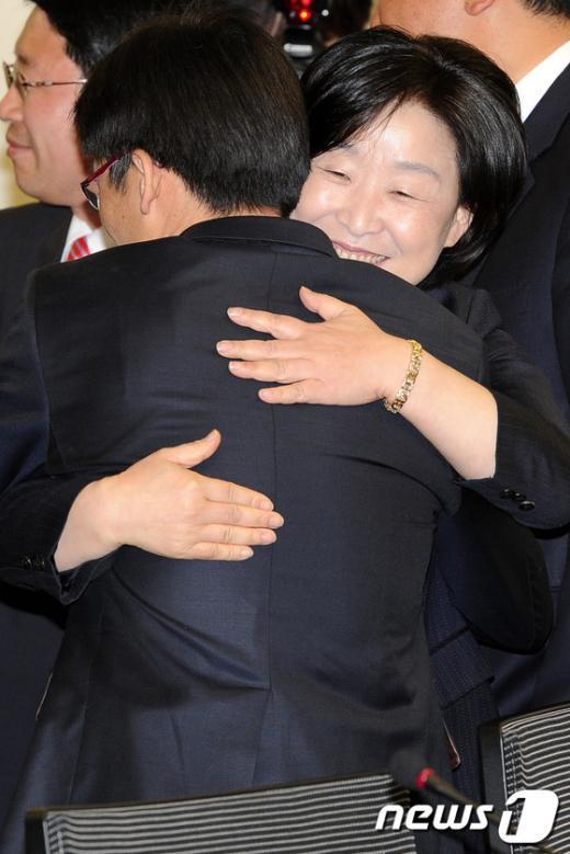 [사진]포옹하는 심상정-이상규 당선자