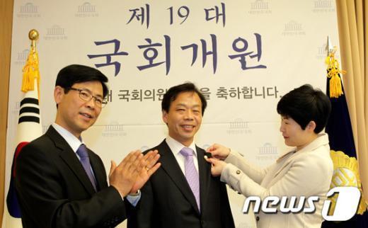 [사진]19대 국회배지 1호 이완영 당선자