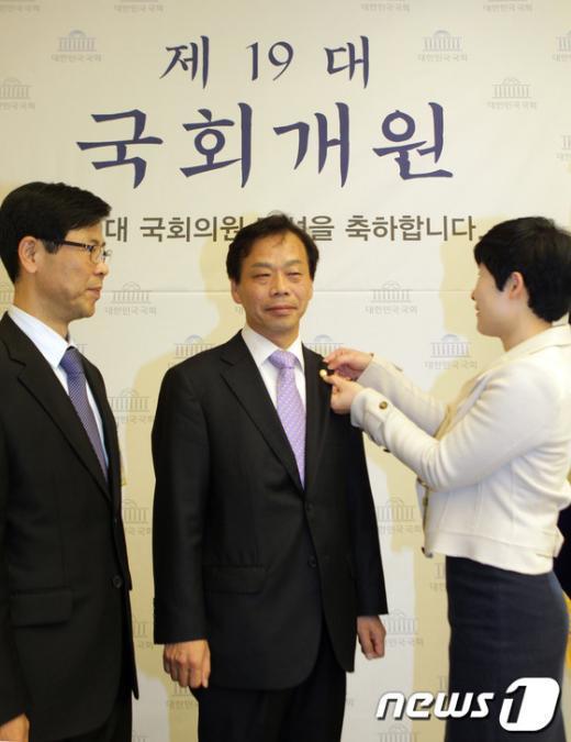 [사진]19대 국회 첫 배지 주인공은?