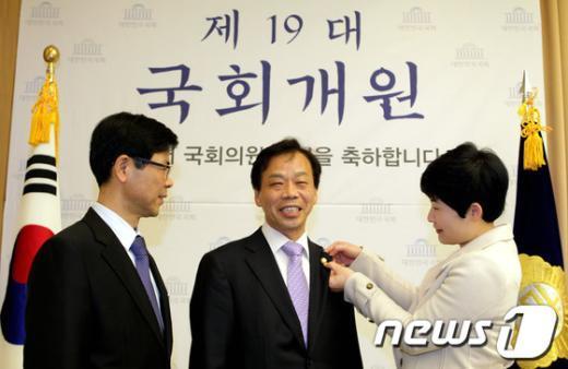 [사진]이완영 당선자 '19대 국회 첫 배지'