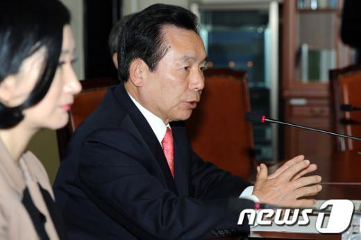 [사진]기자회견 가진 이인제 선진당 비대위원장