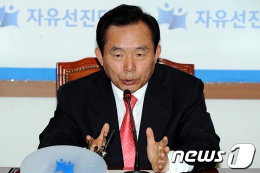 [사진]이인제 비대위원장,'가능한 5월 안에 전당대회 개최'