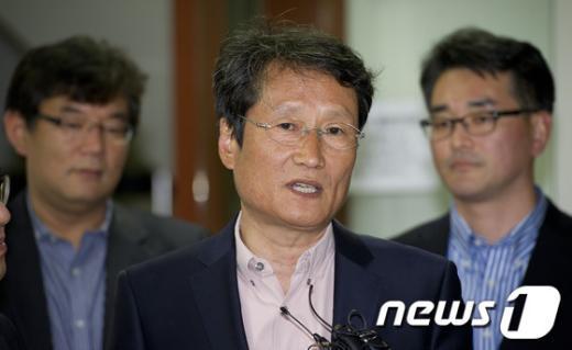문성근(가운데) 민주통합당 대표 권한대행. 2012.4.15/뉴스1  News1 이명근 기자