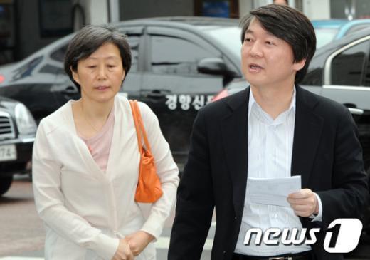안철수 원장 내외가 제19대 국회의원 선거일인 11일투표를 하기 위해 서울 용산구 한강초등학교에 마련된 투표소에 들어서고 있다.  News1 허경 기자