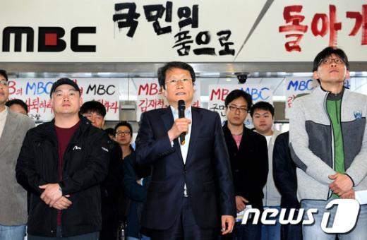 [사진]MBC 노조 방문한 문성근 권한대행