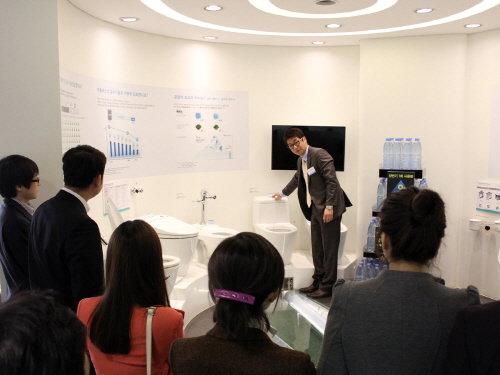 대림비앤코 직원이 17일 서울 논현동 대림바스 전시장(쇼룸)에서 개최한 전략발표회에서 대림바스 제품을 소개하고 있다.