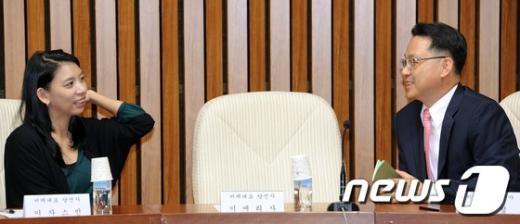 [사진]탈북자와 다문화인 당선자의 대화