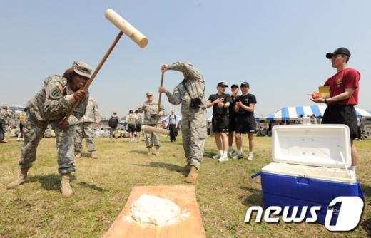 [사진]떡메치기 체험하는 주한 미군들