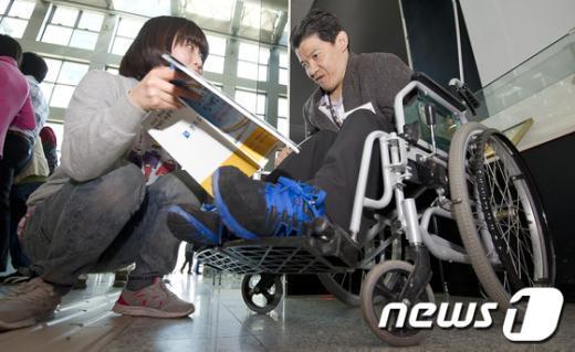 [사진]채용정보 살피는 구직장애인
