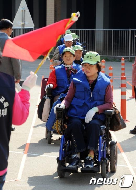 [사진]전동휠체어도 안전운전 필수!