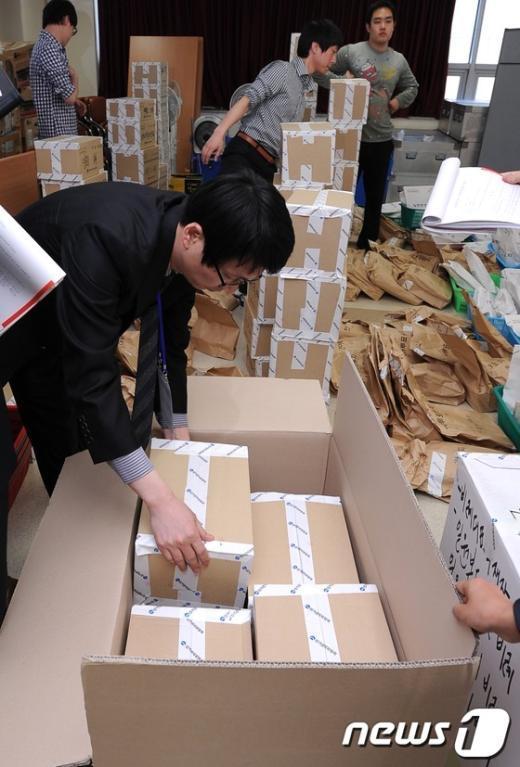 [사진]강남을 투표자료 담는 법원관계자