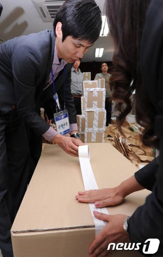 [사진]법원상자에 담기는 '강남을' 투표 자료
