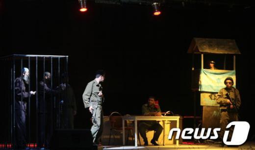 '수감자의 날'을 맞아 시연한 이스라엘에 수감된 팔레스타인 구금자들의 삶을 묘사한 연극. AFP=News1