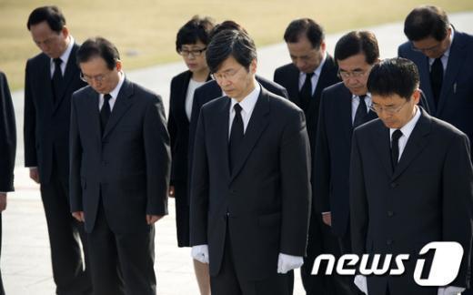 [사진]4.19 묘역 참배하는 곽노현 교육감
