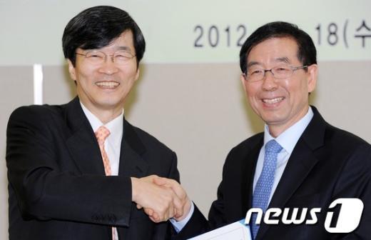 [사진]'징역 1년' 곽노현, 박원순 손 잡고 '활짝'