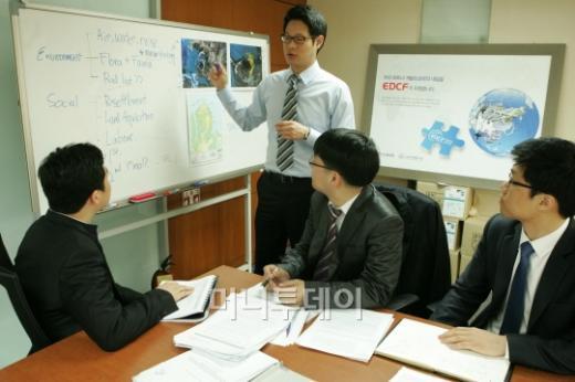 ↑ 임동준 수출입은행 기술심의실 차장(사진 가운데)