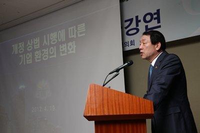 ↑권재진 법무부 장관(59·연수원 10기)이 19일 오전 서울 여의도 63빌딩에서 열린 조찬강연회에서 개정상법에 따른 기업 환경변화를 설명하고 있다. ⓒ사진=법무부 제공