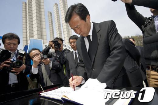 [사진]4.19 민주묘역 방명록 작성하는 손학규 상임고문