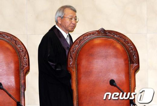 [사진]법정 들어서는 양승태 대법원장