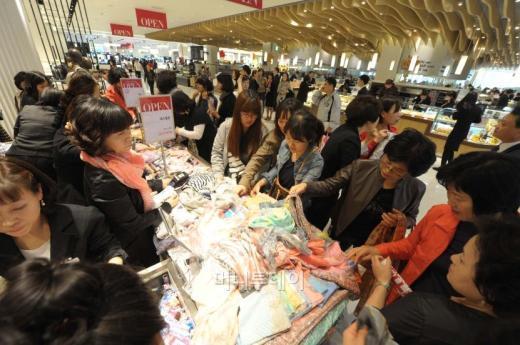 신세계백화점 의정부점이 그랜드오픈에 앞서 19일 진행한 프리오픈 행사에 초대된 고객들이 상품을 구경하고 있다.