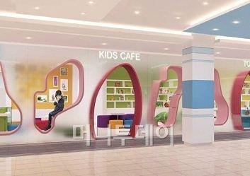 신세계백화점 의정부점 내에 마련된 키즈카페. 의정부점은 유모차 대여, 보관 서비스를 제공하고 아이들이 놀 수 있는 공간도 충분하다. 탁아시설도 마련돼 있어 쇼핑이 편리하다.